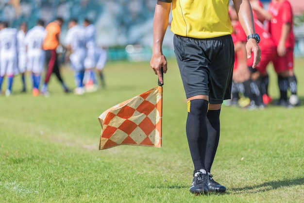 Футболист или футбольный помощник рефери