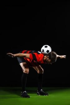 Футболист делает трюки с мячом