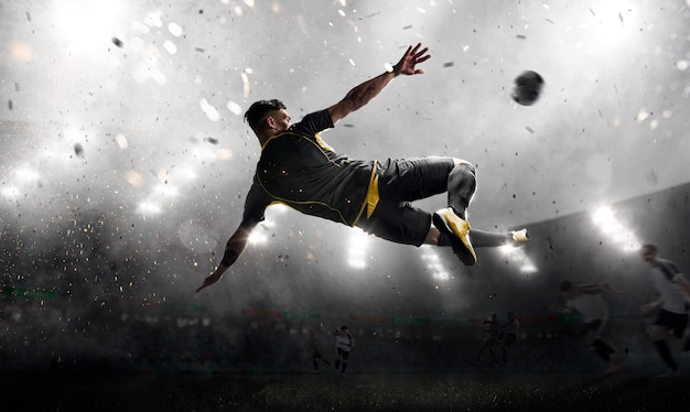 Футболист в атаке