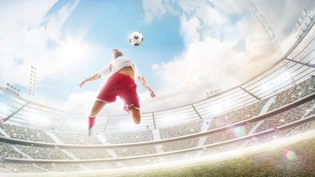 Футболист прыгает, чтобы ударить грудью по футбольному мячу