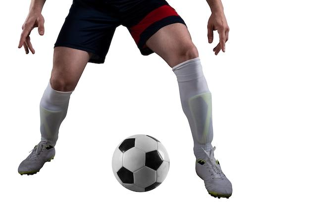 試合中に照らされたスタジアムでサッカーボールを蹴る準備ができているサッカー選手。白い背景で隔離