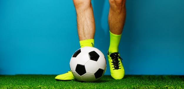 푸른 잔디와 파랑에 공 축구 선수