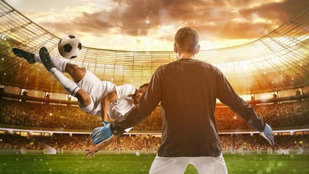 축구 스트라이커가 경기장에서 공중에서 곡예 킥으로 공을 친다