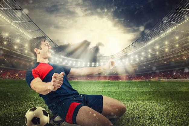 Нападающий футбола радуется победе на стадионе