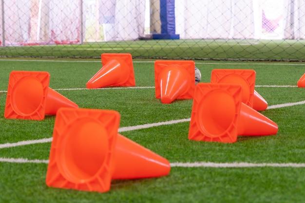 Футбольный тренировочный конус на тренировочной площадке для футбола в помещении