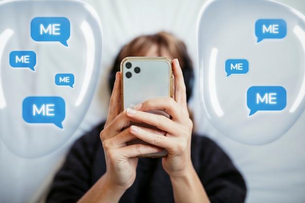 Donna dipendente sociale che manda un sms con grafica di bolle di discorso