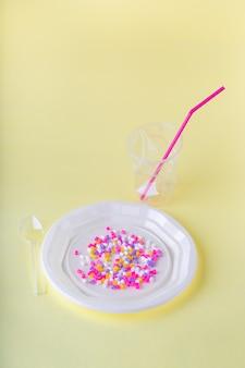 Социальный контент. пластиковая еда в одноразовой посуде на желтом фоне.
