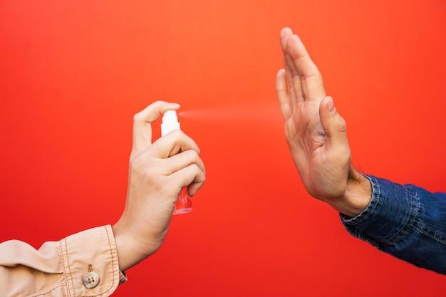 Concetto di distanza sociale con disinfettante
