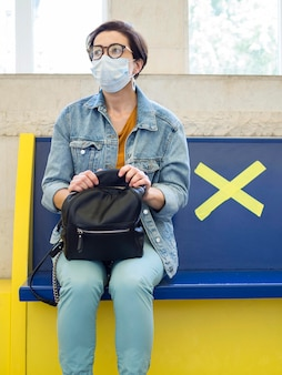 Concetto di distanza sociale con maschera medica