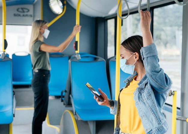 Concetto di allontanamento sociale nel trasporto pubblico Foto Gratuite