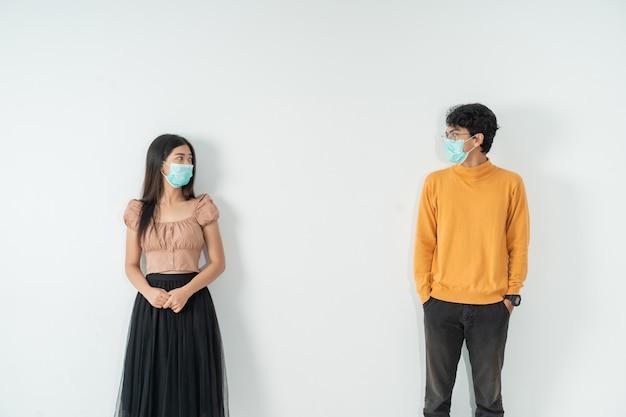 Социальное дистанцирование. люди с масками