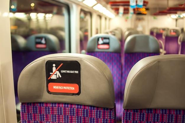 버스 안의 조수석에 사회적 거리를 두는 표지판. 코로나바이러스 전염병 동안의 생활 방식 및 제한 사항