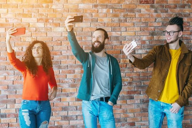 ソーシャルメディア中毒。スマートフォンで人を漕ぐ。ミレニアル世代のライフスタイル。テクノロジーレジャー。