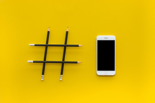 鉛筆で作られたハッシュタグサインとソーシャルメディアと創造性の概念