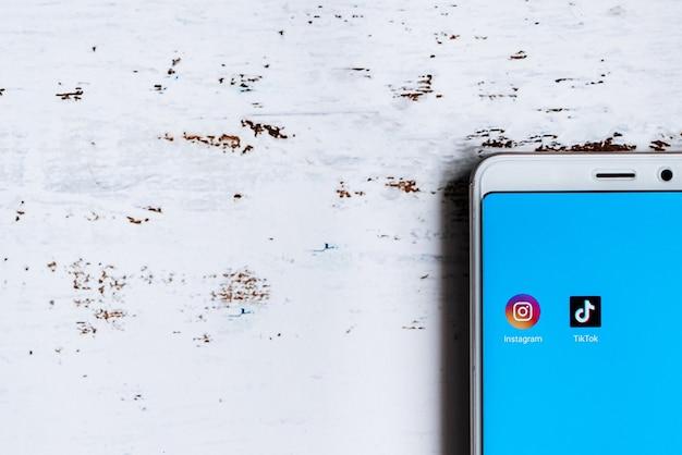 スマートフォンの画面上のソーシャルメディアアプリのアイコン