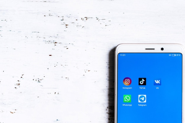 Значок приложения социальных сетей на экране смартфона