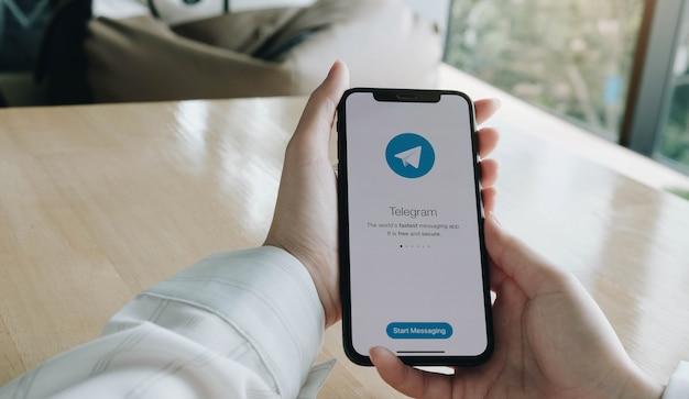 스마트 폰 화면 클로즈업에 소셜 미디어 응용 프로그램 아이콘.