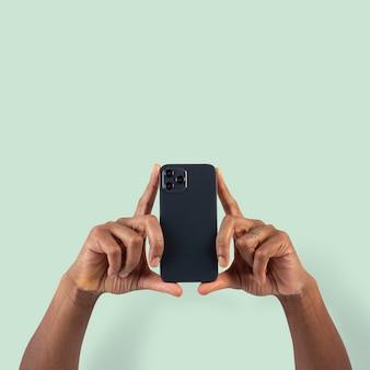 Persona del pubblico dei social media che filma tramite smartphone