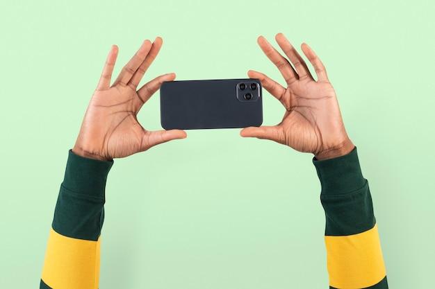 스마트폰을 통해 촬영하는 소셜 미디어 청중 사람