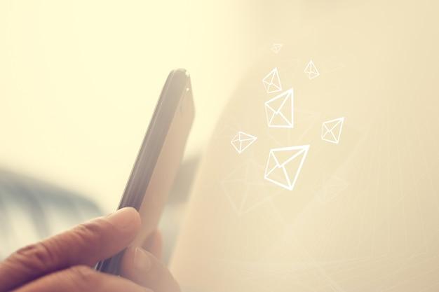 ソーシャルメディアいつでもどこでもコミュニケーションできるソーシャルメディアのコンセプト。