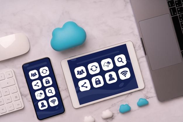 Значок социальных медиа на смартфоне для покупок в интернете