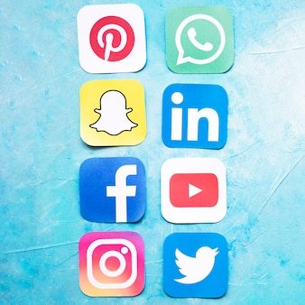 Значки социальных сетей, расположенных в ряд на синем фоне