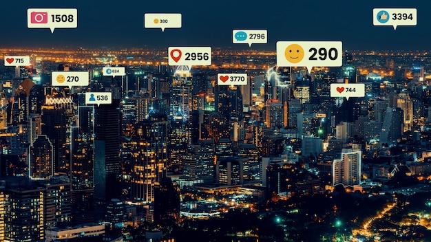 소셜 미디어 아이콘은 사람들의 참여 연결을 보여주는 시내 시내를 날아