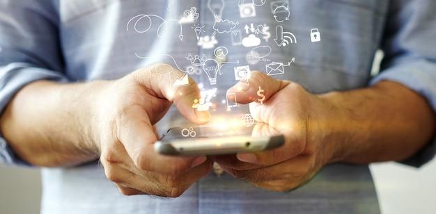 スマートフォンのソーシャルメディアアイコン。メディアマーケティングの概念。