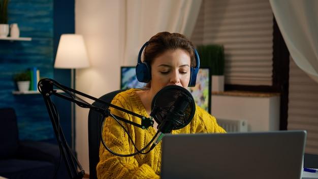 홈 스튜디오에서 새 팟캐스트를 녹음하기 시작하는 랩톱을 여는 소셜 미디어 인플루언서. 온에어 온라인 제작 인터넷 방송 쇼 호스트 스트리밍 라이브 콘텐츠, 디지털 비디오 녹화 vlog
