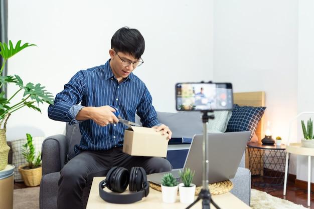자신의 채널을위한 제품을 제시하는 소셜 미디어 인플 루 언서
