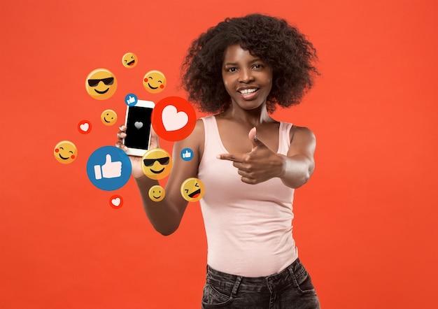 휴대폰에서 소셜 미디어 상호 작용 인터넷 디지털 마케팅 채팅 댓글