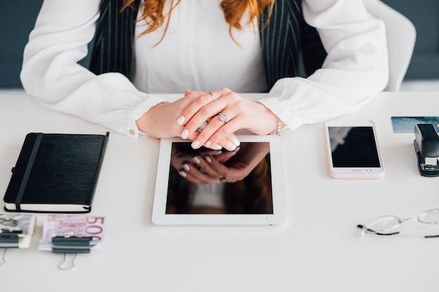 소셜 미디어 관리자 직장. 비즈니스 우먼. 태블릿, 스마트폰 및 사무용품