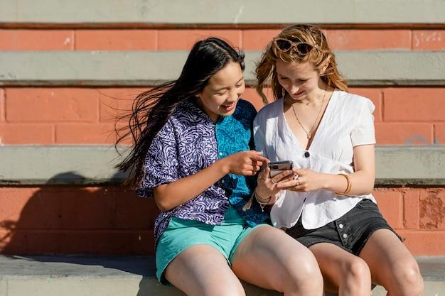 ソーシャルメディアの共有、バイラルコンテンツを見ている10代の若者
