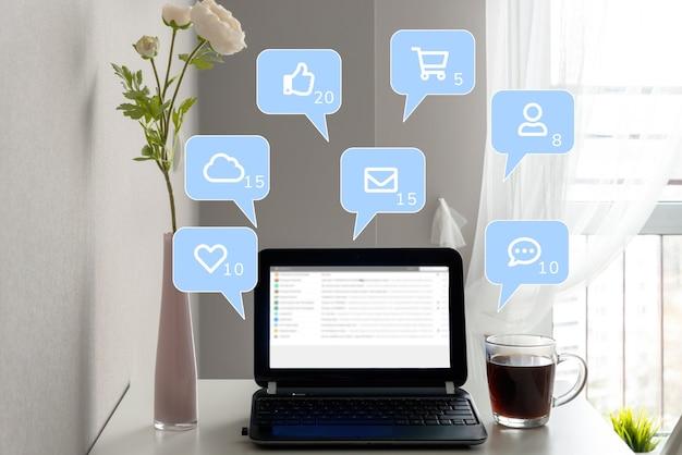 Социальные медиа, концепция социальной сети. люди по всему миру используют социальные сети и покупки, чтобы общаться друг с другом.