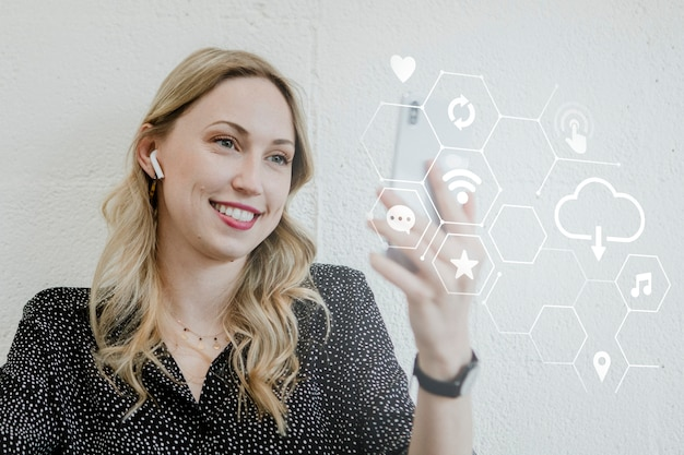 Connessione di rete sociale con video chat donna e sorridente