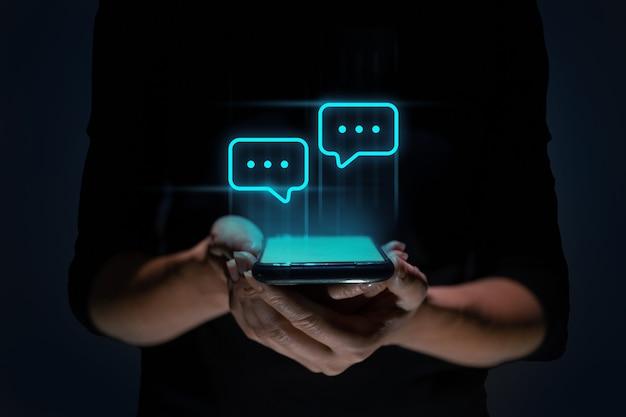 Социальные сети и концепция чата: человек держит смартфон и общается через ...