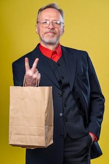 Концепция социальной ответственности рука человека, поддерживающая пустой бумажный пакет