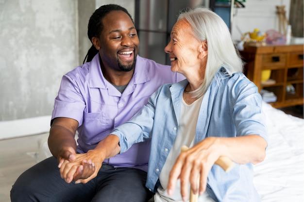 Социальный работник заботится о пожилой женщине
