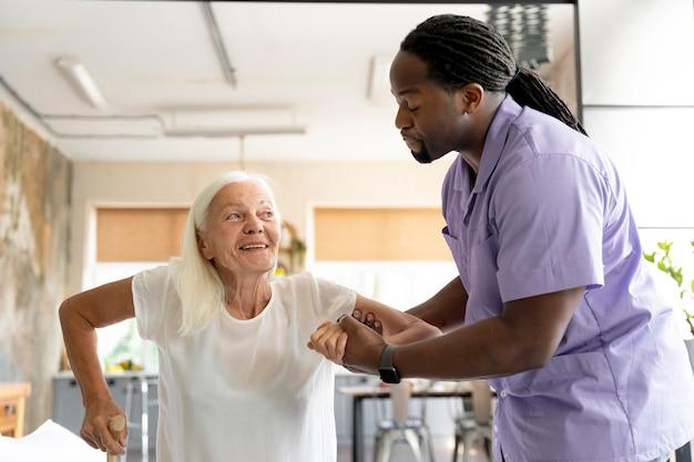 노부인을 돌보는 사회복지사