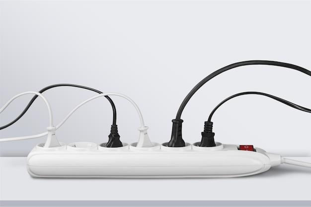 バックグラウンドのソケットストリップと接続されたプラグ