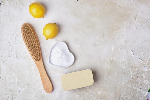 Губка и деревянная щетка с содовой лимоном и эко-концепция очистки