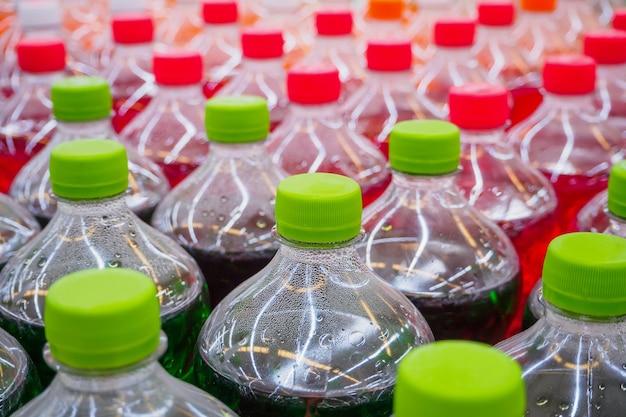 Газированные безалкогольные напитки в бутылках в супермаркете