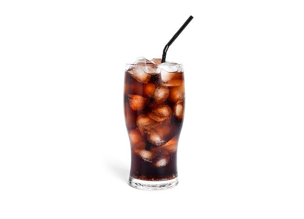 Сода со льдом в прозрачном изолированном стакане.