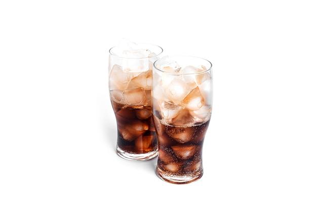 白い背景で隔離の透明なガラスの氷とソーダ。高品質の写真