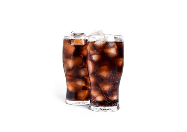 Сода со льдом в прозрачных изолированных стаканах.