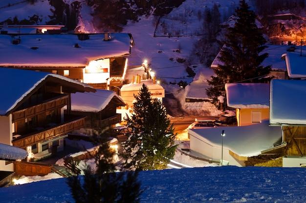 Горнолыжный курорт зельден зимой после захода солнца.
