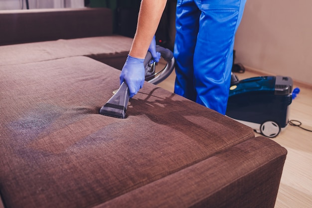 Химическая чистка дивана профессионально методом экстракции. мягкая мебель. ранняя весенняя уборка или регулярная уборка.