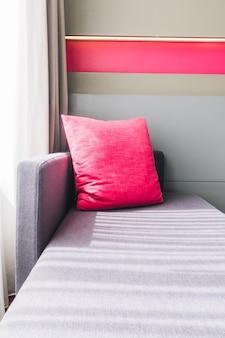 핑크색 쿠션이있는 소파