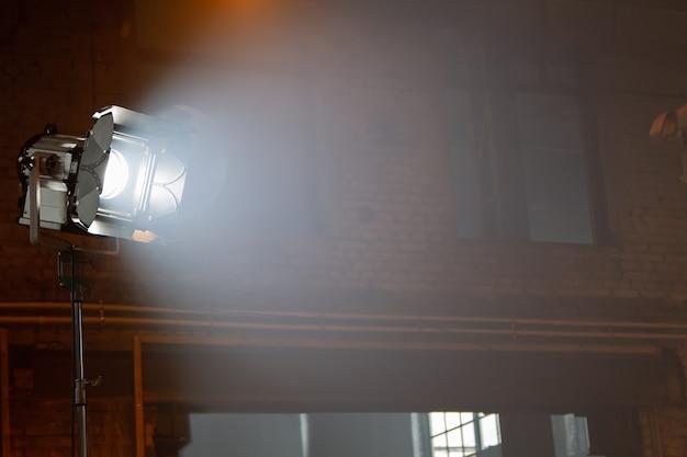 Софитный прожектор, освещающий сцену современного театра