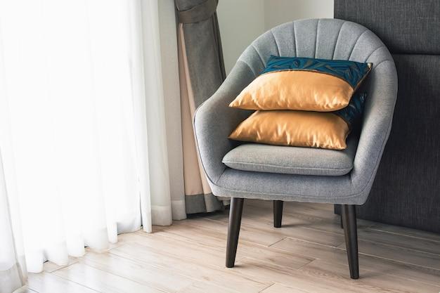 호텔 방에 베개가있는 부드러운 안락 의자. 노년기와 평온의 개념.